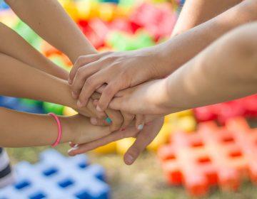 Maneras de ayudar a tus hijos a hacer nuevos amigos